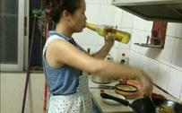 女汉子做饭都这么霸气