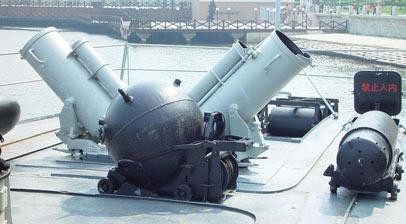 尾部的深弹抛射器以及水雷