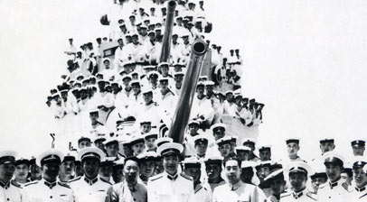 周恩来总理视察海军时登舰与全体官兵合影