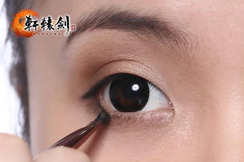 用黑色眼线膏画上下眼线,下眼线画至三分之一处即可