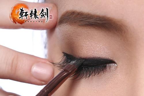 带上假睫毛后,用眼线膏填补睫毛空隙,并且再画一次眼线加深加粗