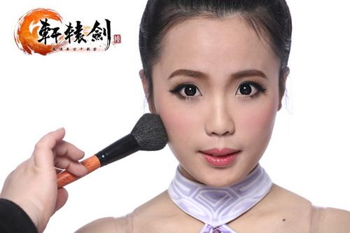 两颊扫上淡淡的粉色腮红后,用修容修饰脸型,整体调整后妆容完成