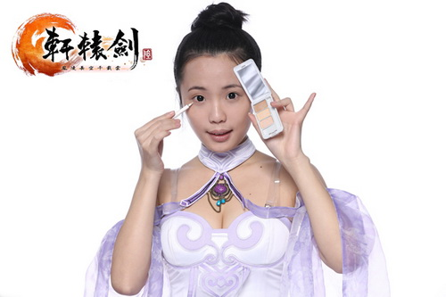 用遮瑕膏遮盖黑眼圈和细小瑕疵后,用定妆粉定妆