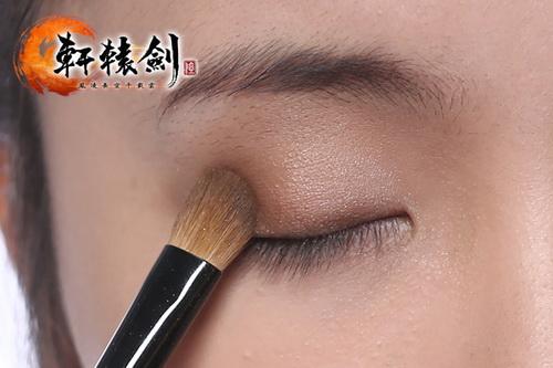 棕色眼影从眼位开始向眼头画,少量多次上色。并且延伸至下眼尾处